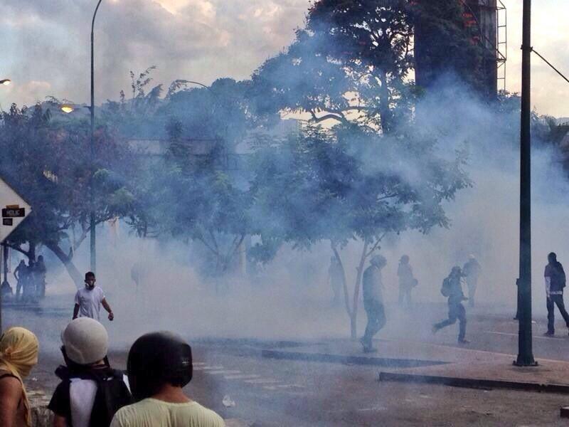 Esta es una tarde normal de hace 15 dias esto no es niebla son gases,  el uso desmedido de bombas lacrimógenas constituye una directa violación,