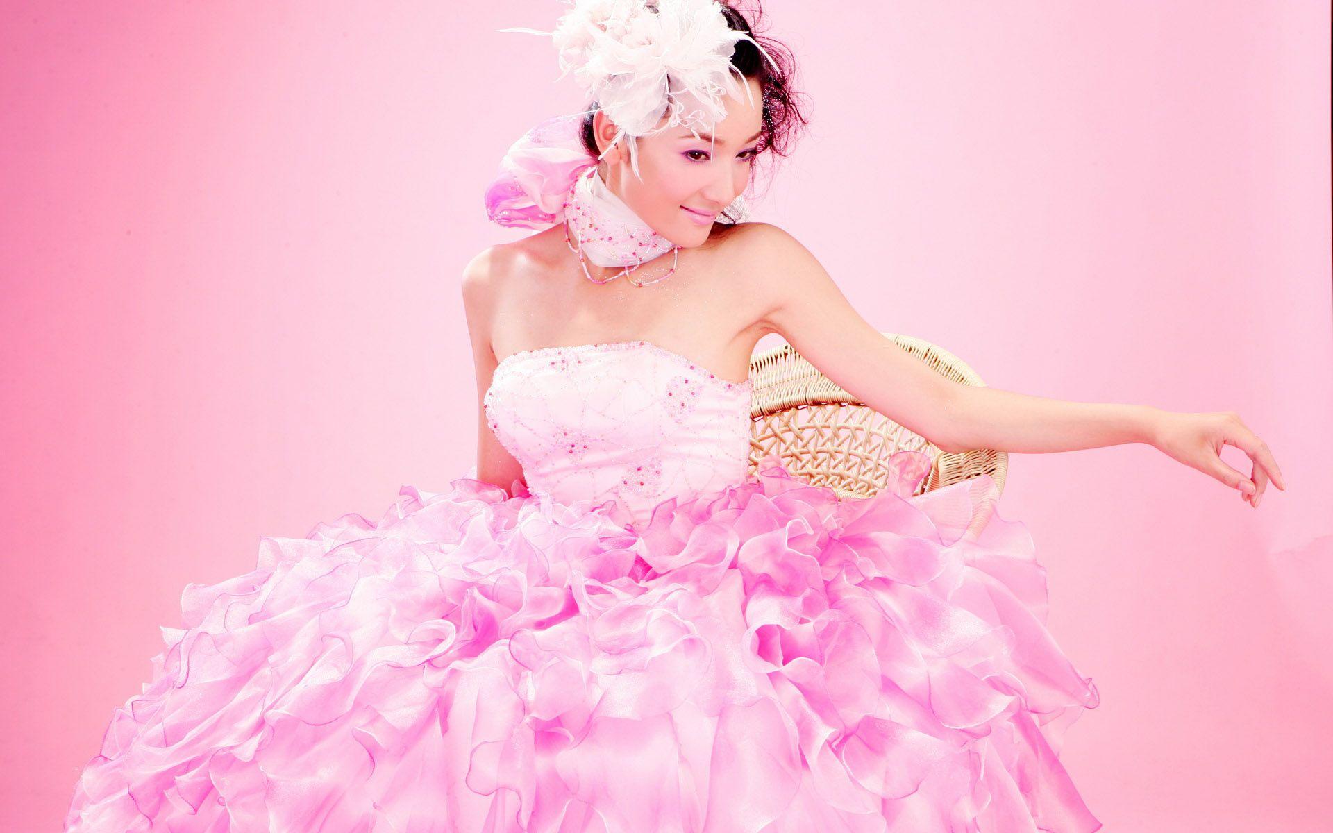 смотреть связана в платье розовом девушка роликов