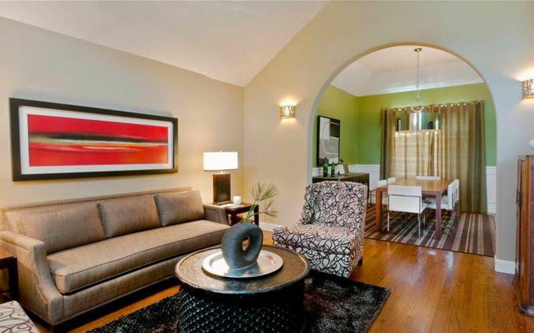 Soluzione per arredare cucina soggiorno open space con un divano angolare parete con arco e - Open space cucina salotto ...