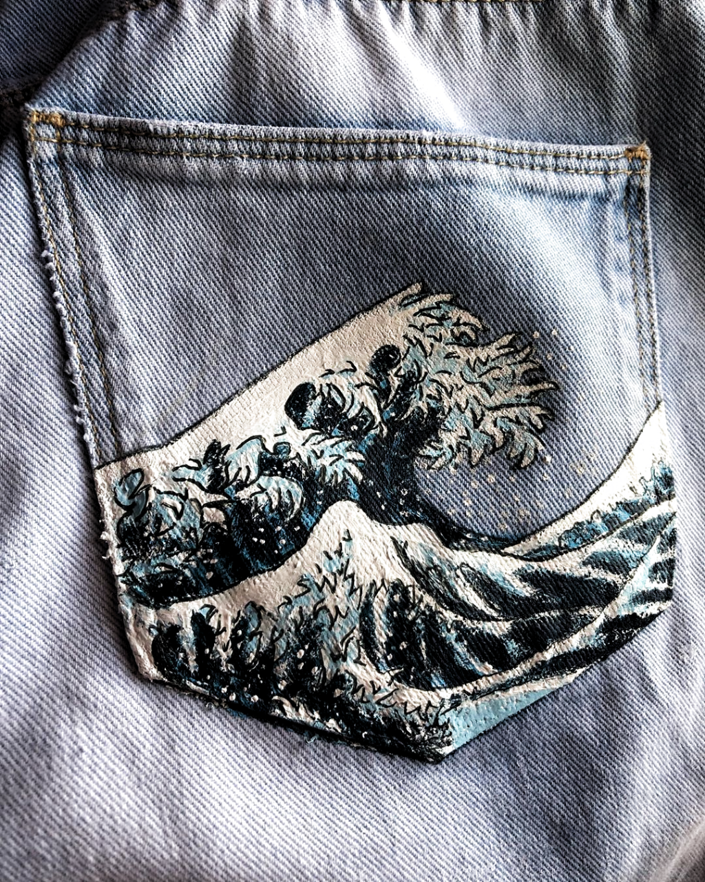 a mediocre version of 𝒯𝒽𝑒 𝒢𝓇𝑒𝒶𝓉 𝒲𝒶𝓋𝑒 𝑜𝒻𝒻 𝒦𝒶𝓃𝒶𝑔𝒶𝓌𝒶 that i painted on my back pocket for 3hrs :) . #painting #waves #blue #pants…