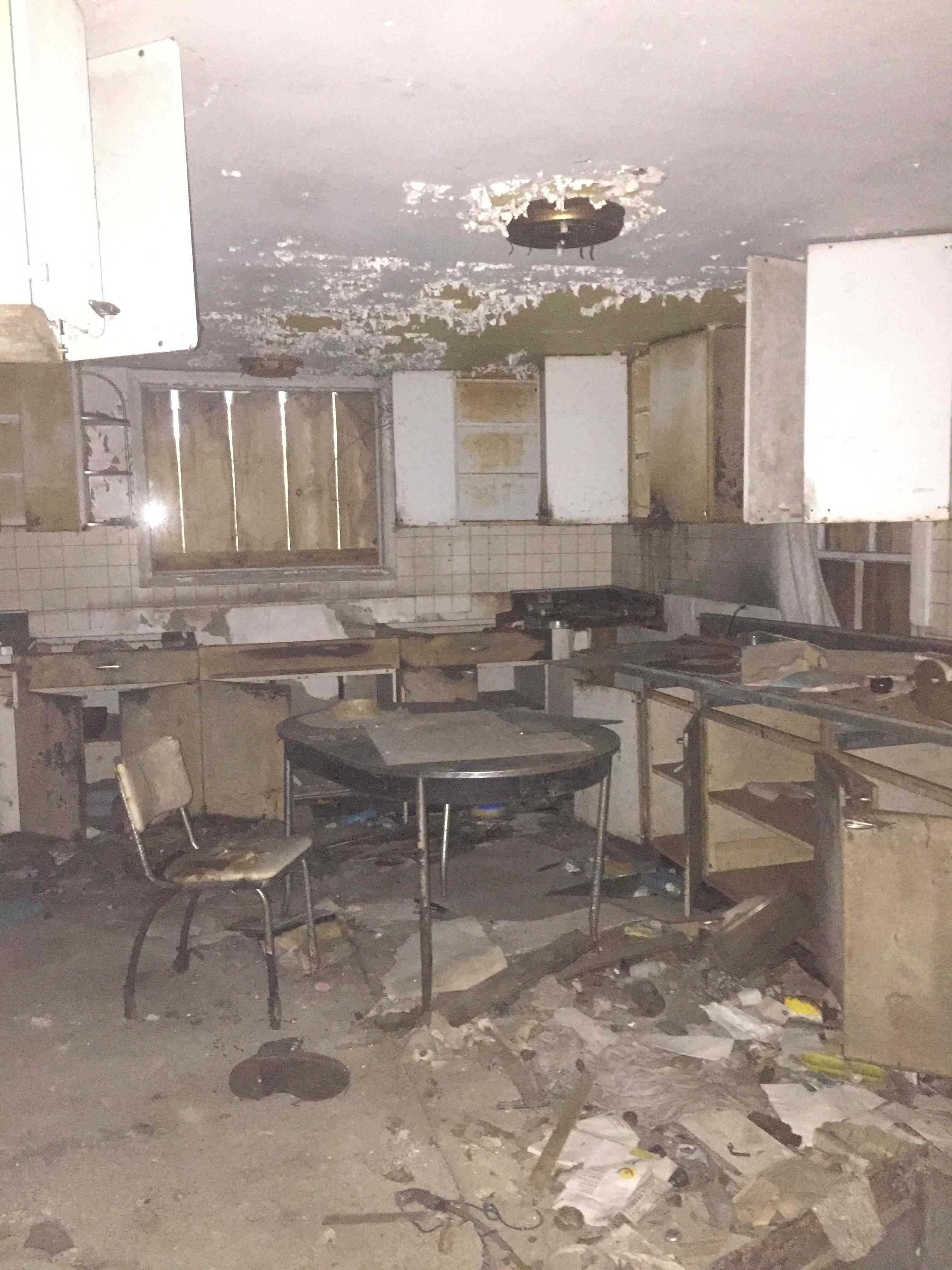 The kitchen of an abandoned house near me | Abandoned in