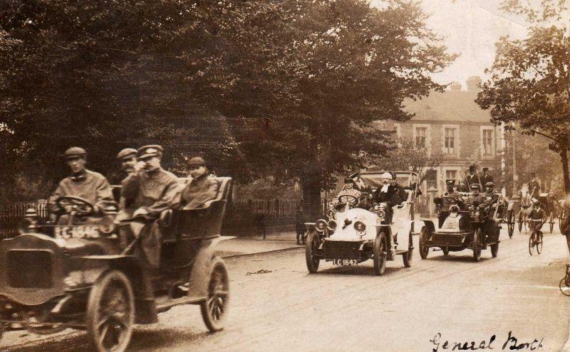 Der Gründer der Heilsarmee, General William Booth, in einem Autocorso (auf dem Rücksitz des zweiten Fahrzeugs)