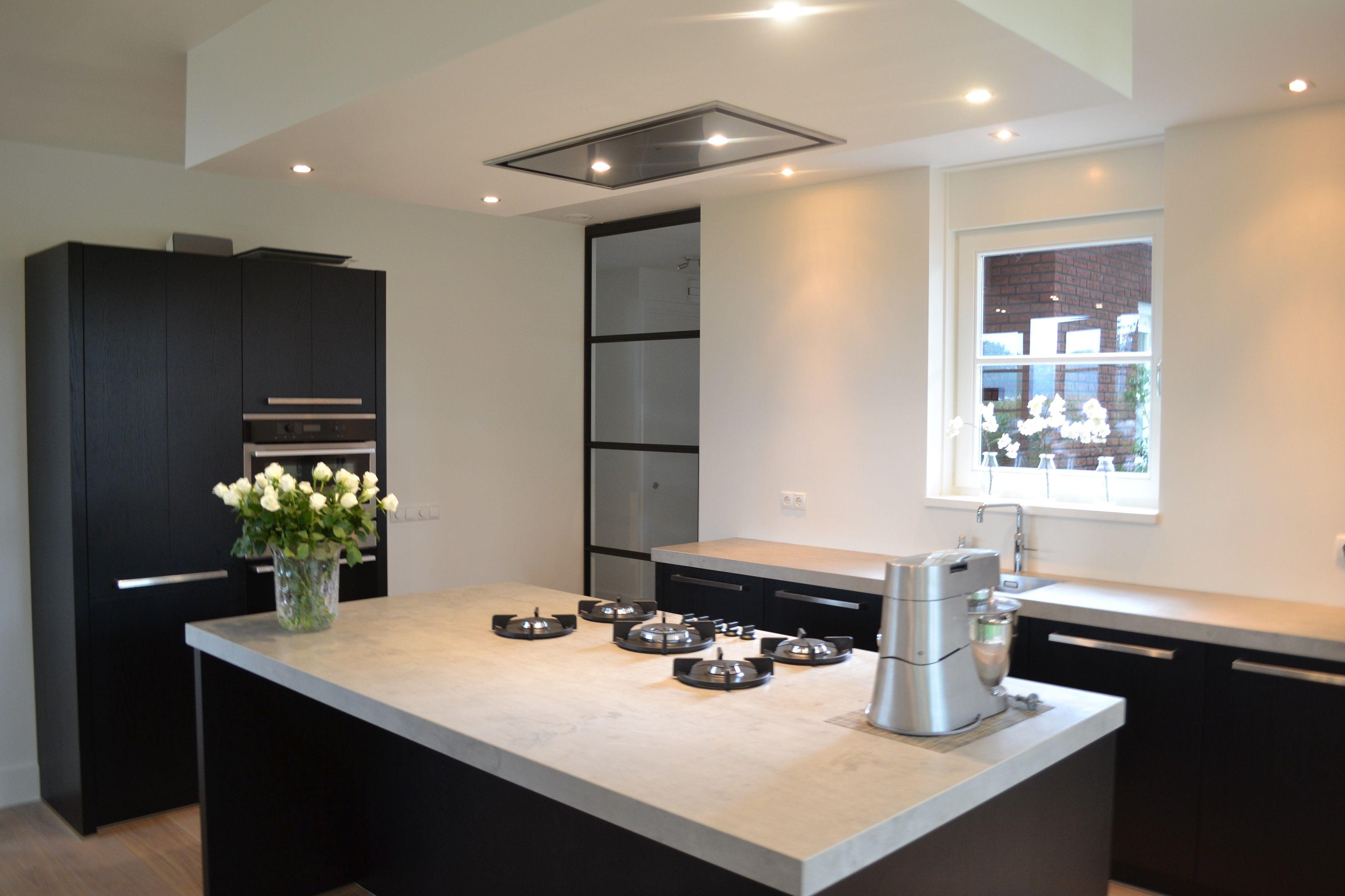 Zwarte eiken fineer keuken met keramiek werkblad in for Werkblad keuken keramiek