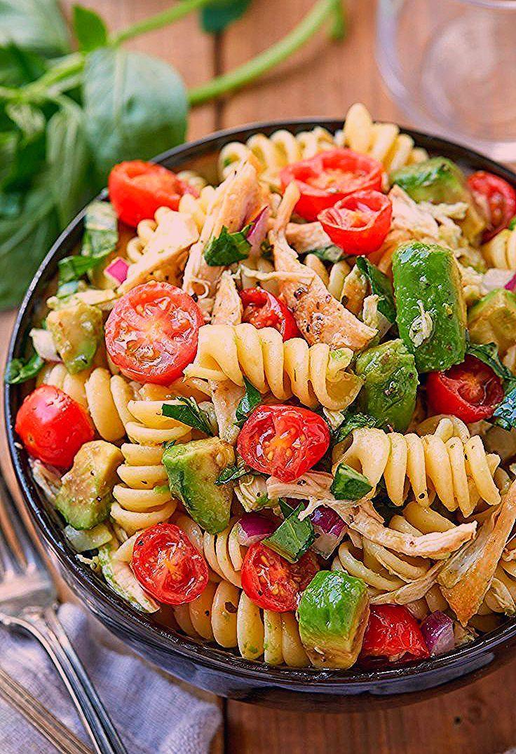 Gesunder Hühnernudelsalat mit Avocado, Tomate und Basilikum   - Healthy Soups, Salads & Sandwiches