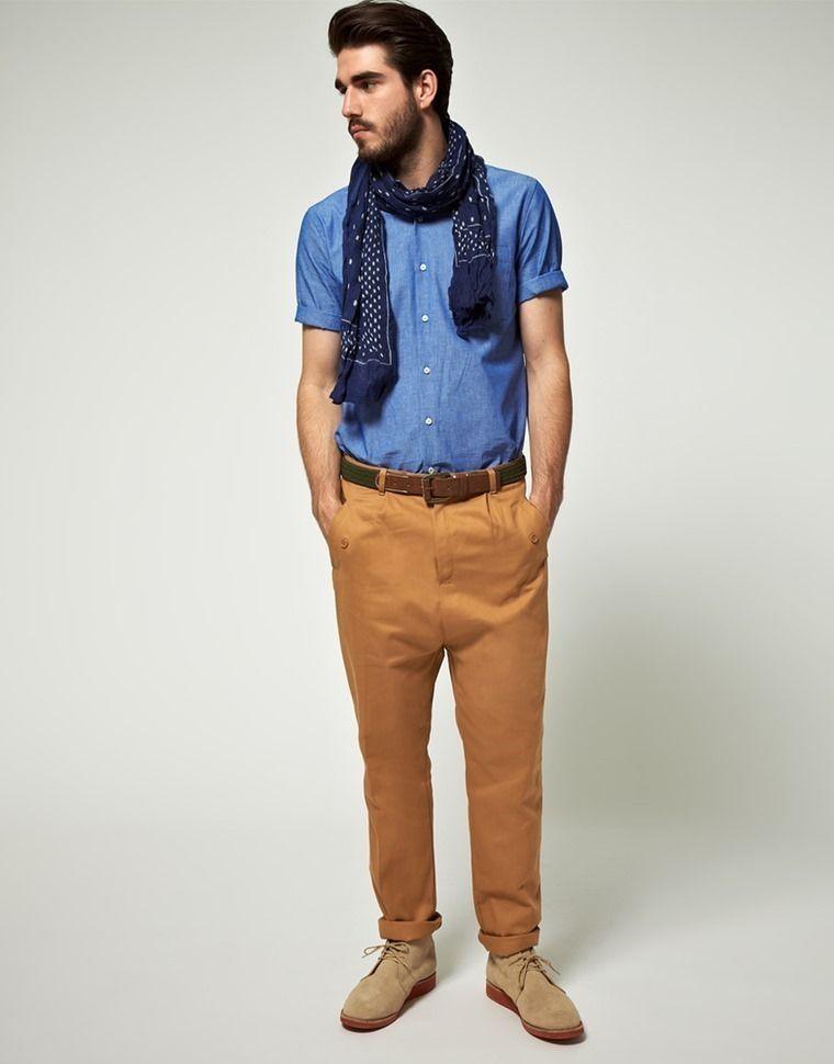 ea5204a94f Cómo llevar pantalones de colores para hombres. cafe claro