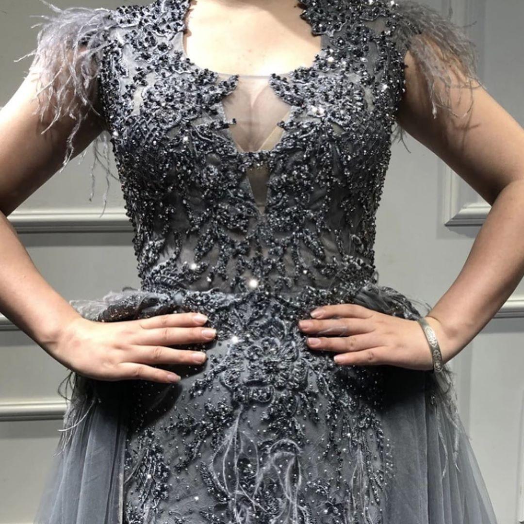 Graues Kleid mit Strass und Feder Applikationen. Für nur 17,17