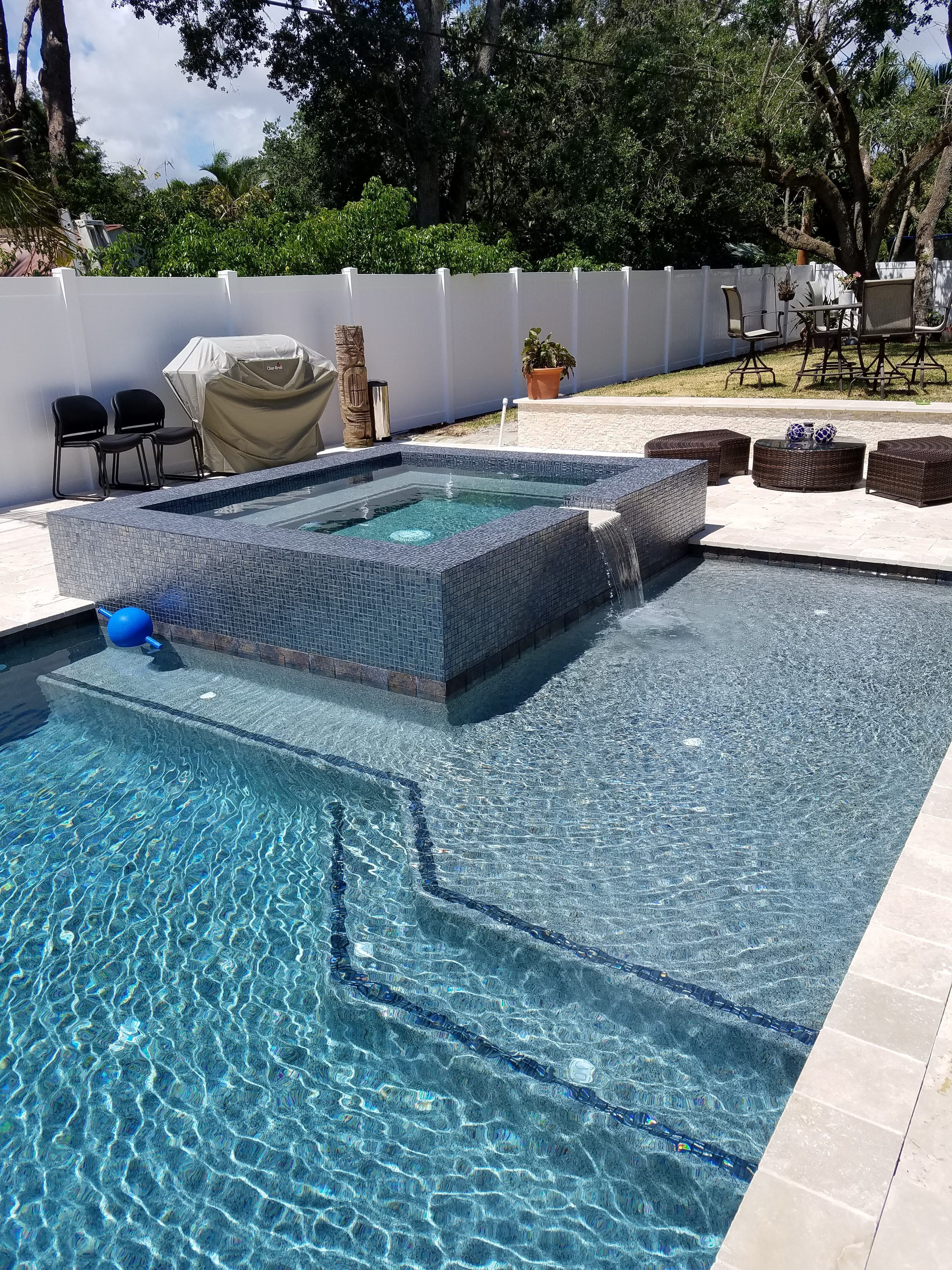 Landscaping Swimming Pool Ideas This A Small Swimming Pool Design With A Disappearing Edge And Also A S Modern Pool And Spa Luxury Swimming Pools Modern Pools