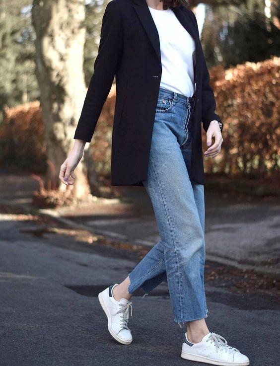 Le scarpe da ginnastica abbigliamento adidas stan smith, cadono di jeans, giacca bianca
