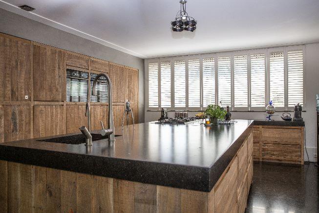 Shutters in de keuken binnenkijken rotterdam raamdecoratie