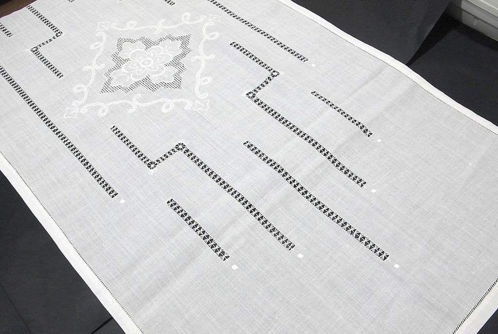 Ortina de lino con dibujos centrales de rombos deshilados for Visillos para salon rustico