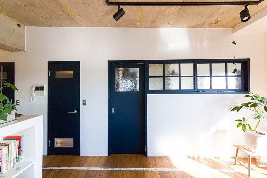 白線がチャームポイント小学校をイメージして楽しくリノベーション 室内窓 リビング ドア 引き戸 室内ドア