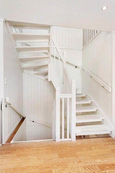 Hvit trapp med teppehalvmåner?