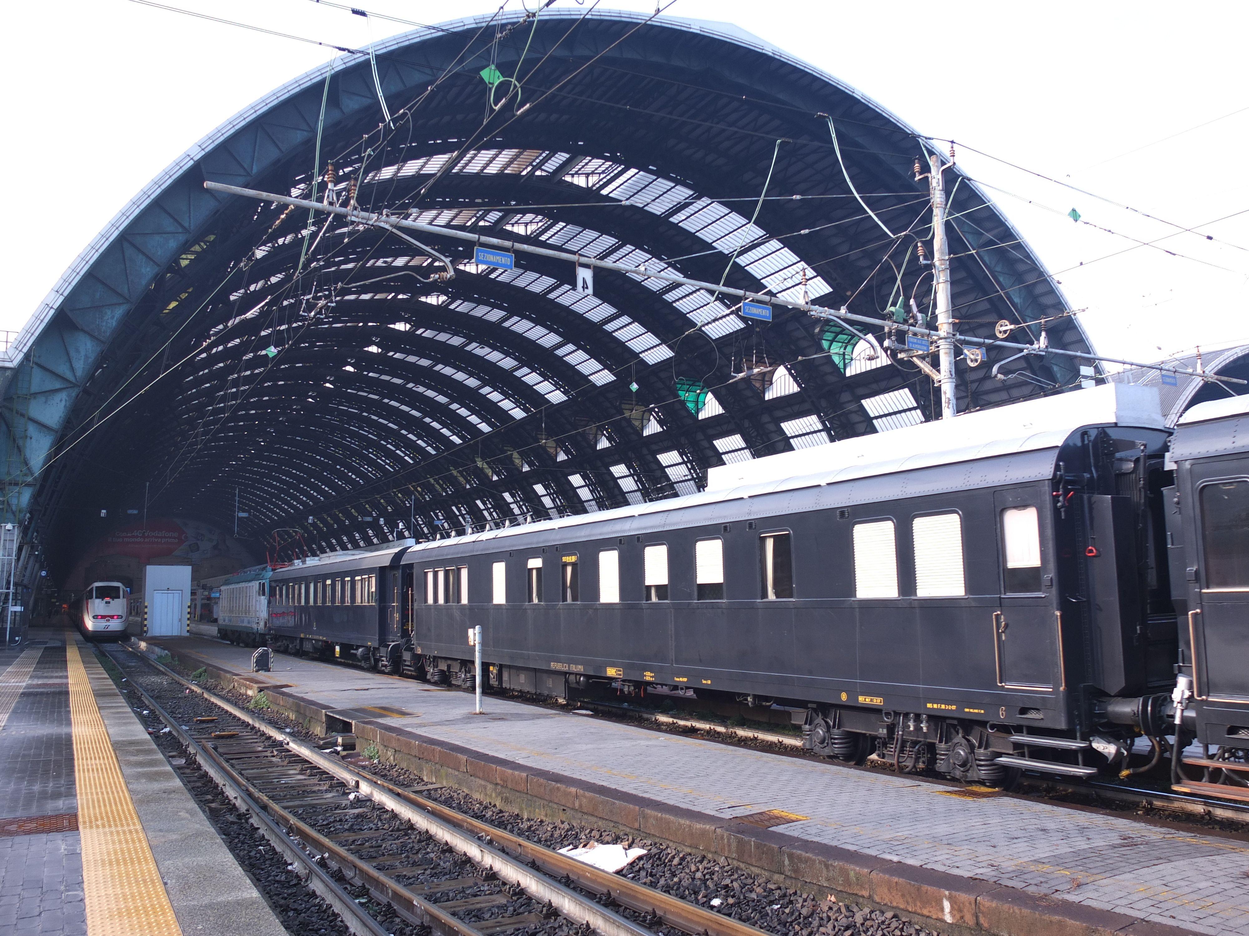 Quattro carrozze del Treno Presidenziale trasferite dalla rimessa Saloni di Roma Termini alla Squadra Rialzo di