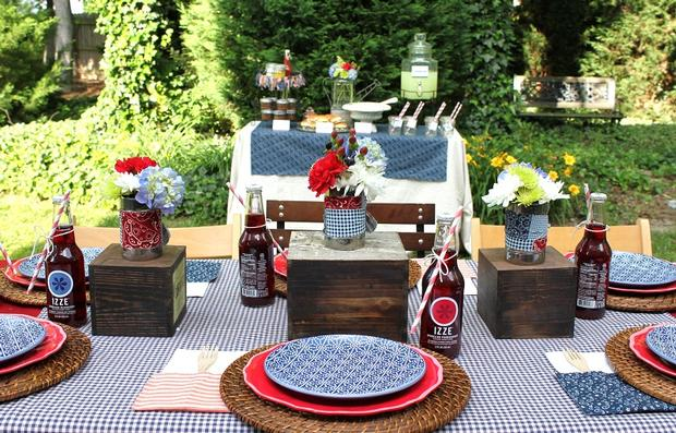 Classy and lovely table settings for an intimate family for Backyard bbq decoration ideas