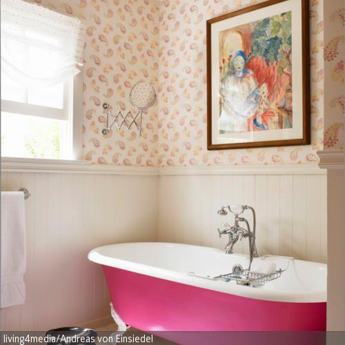 Ein Wahrhaftiger Eyecatcher Ist Diese Badewanne In Pink Mit Weißen  Löwenfüßen. Die Cremefarbene Holzvertäfelung Schafft