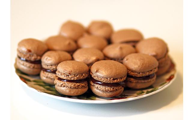 Макаруны на десерт: [b]Ингредиенты[/b]    [u]Для теста:[/u]  125 г сахара  3 белка  125 г сахарной пудры  125