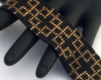 MUSTER JETZT VERFÜGBAR ***  Das Armband verfügt über solide Quadrate der Matte und metallische Bronze Delica Perlen auf einem schwarzen Hintergrund.