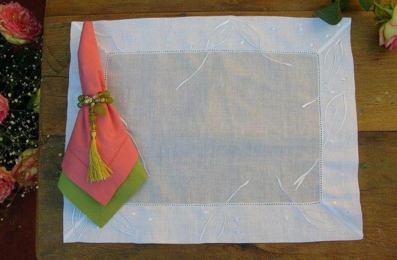 Jogo americano bordado em linha de seda,medindo 0.38X0.48, design LAINE ABREU!