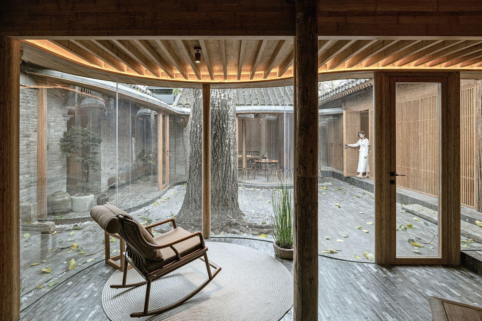 Una casa tradicional china en ruinas renace con un interior moderno y transparente