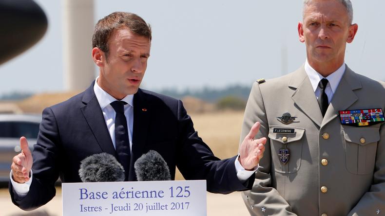 A Istres Emmanuel Macron Veut Sauver Les Meubles Apres La Demission Du General De Villiers La Dance Macron Deux Pas En Emmanuel Macron Je Te Veux Macron