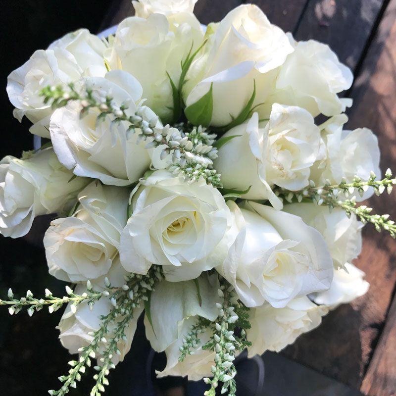 Rosen in wei mit erika herbstblumen wei e rosen rosen und rosenstrau - Herbstdeko mit erika ...