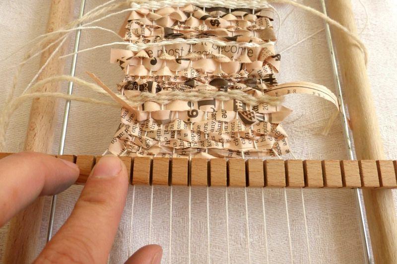 from Ines Seidel   on Flickr - https://flic.kr/p/naDgwd | weaving in progress | I made a little tutorial: ines-seidel.de/2014/05/kleine-webe-anleitung-neue-muster/...  Beim Weben . Hier ist eine Anleitung dazu: ines-seidel.de/2014/05/kleine-webe-anleitung-neue-muster