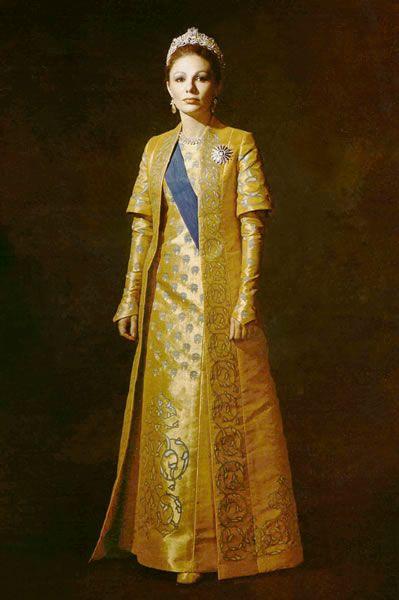 La emperatriz Farah con un elegante vestido amarillo.