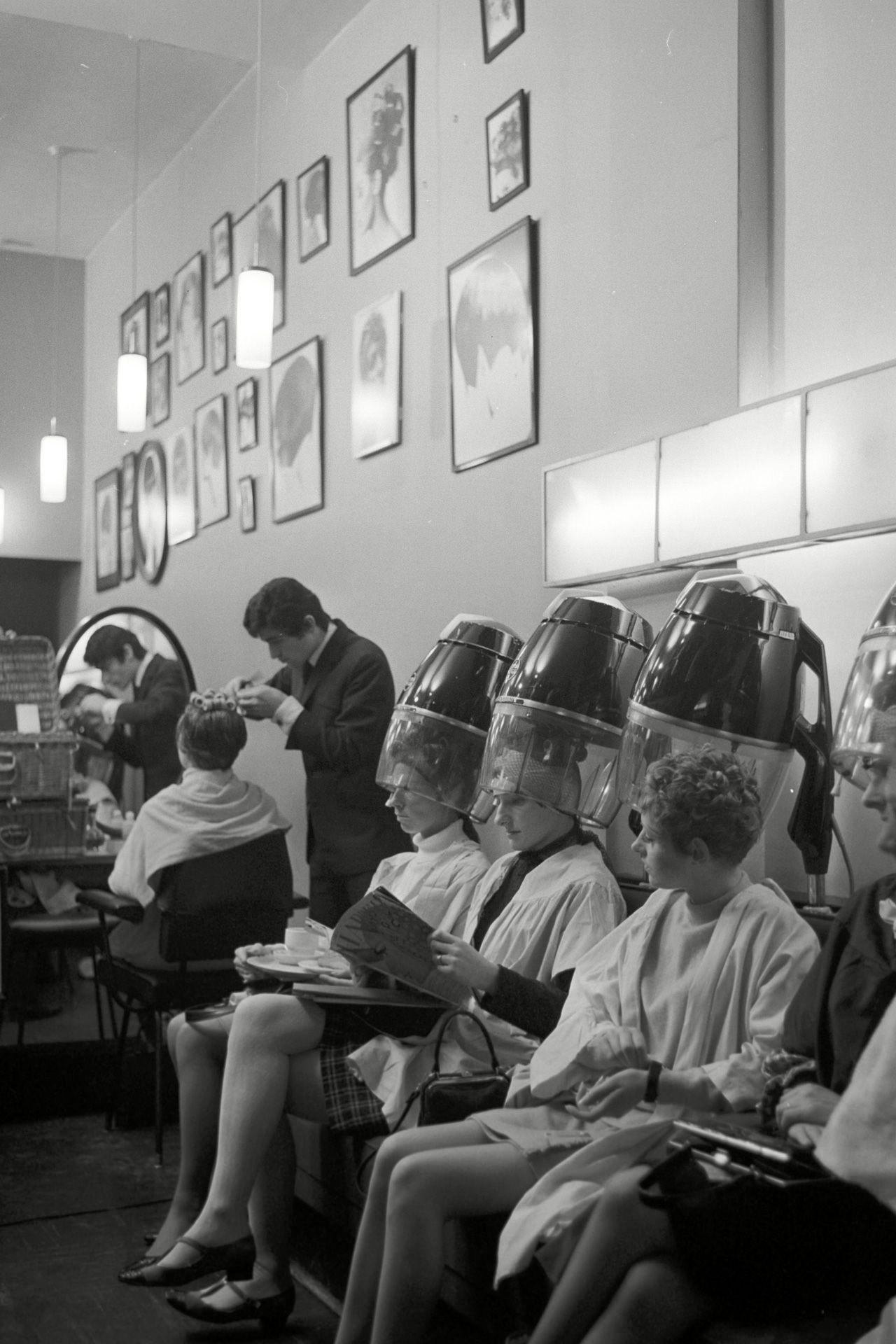 1966 The Vidal Sassoon Salon Filmed As Part Of A Television Documentary Vintage Beauty Salon Vintage Hair Salons Vidal Sassoon