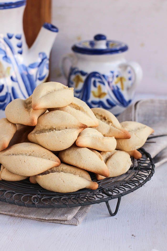 Receta para hacer navettes, galletas tradicionales de Marsella deliciosamente perfumadas con agua de azahar. Perfectas para acompañar un café o té.