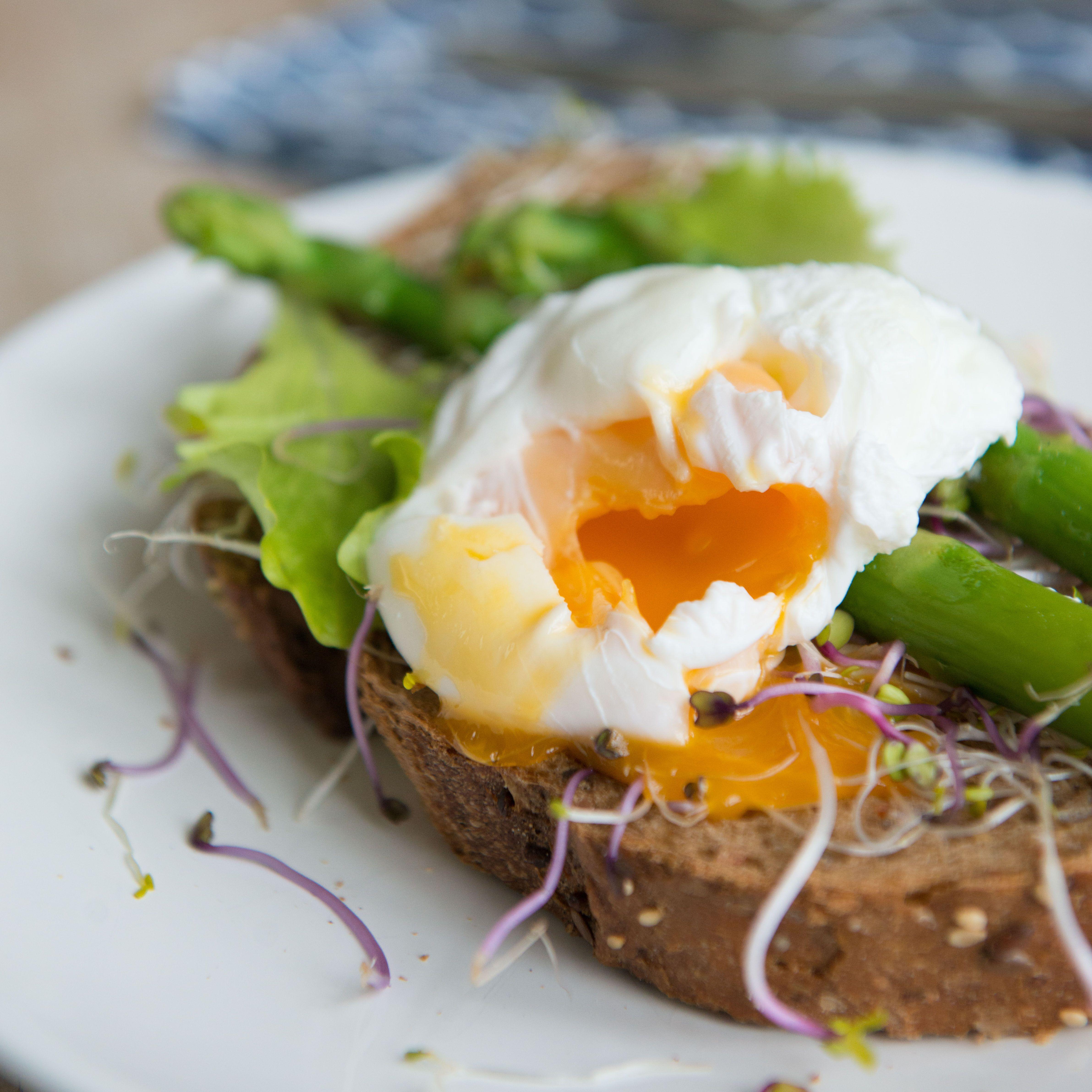 toast met groene asperges en gepocheerd ei | Macaron Manon for Dille & Kamille