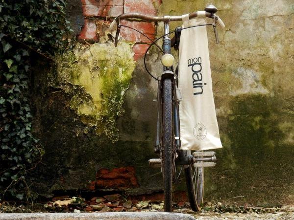 Stokbroodzak voor an het fiets te knopen | by M. & N. Kopniaieff | Vogelvrije Fietser