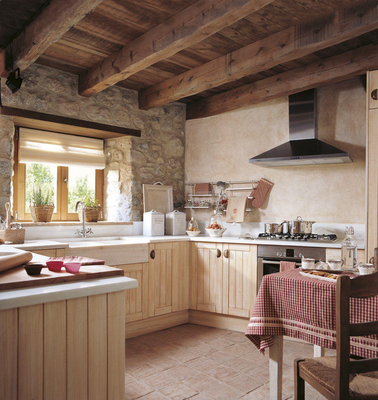 cocina rústica, muebles madera beige, pared piedra, techo madera ...