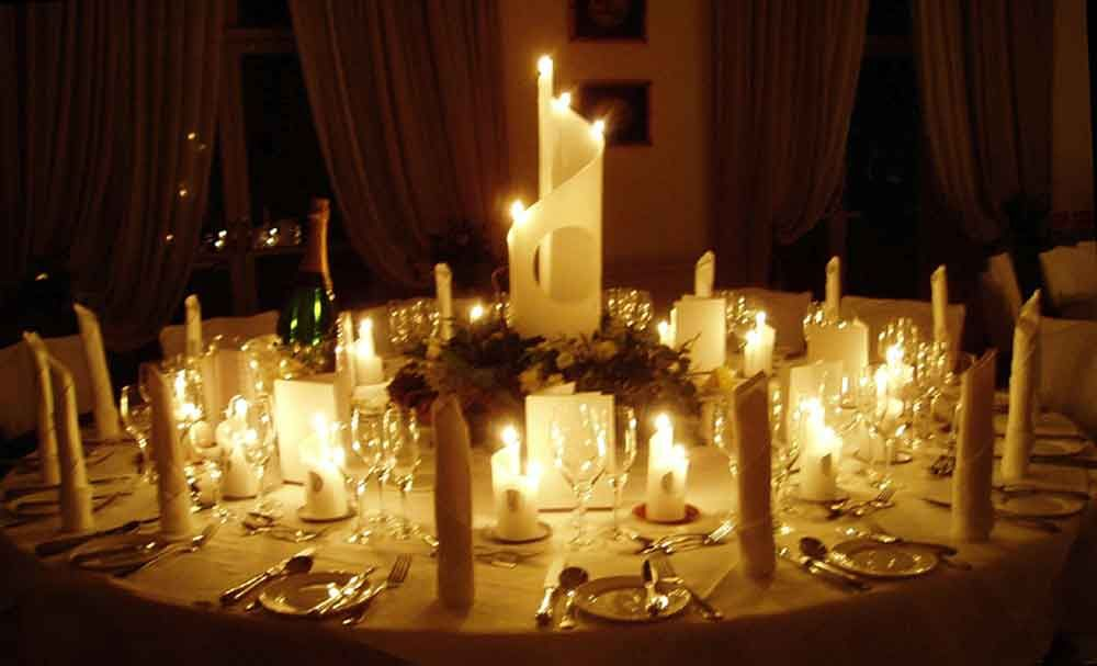 Romantic table decorations candlelight dinner round dining for Centerpiece for round dining table