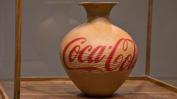 Ai Weiwein teos.Coca-Cola Vase -teoks. Vaaseihi kirjoitettavan tekstin taiteilija valitsee kunkin ruukun muodon perusteella.