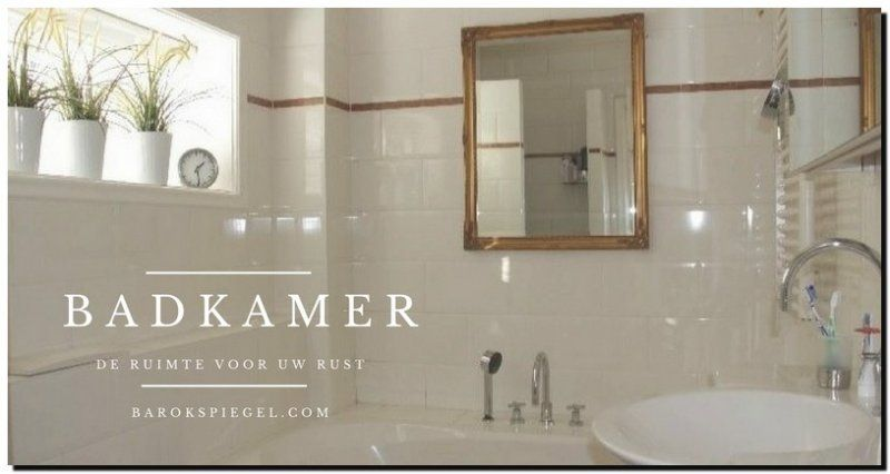 Gouden Barok Spiegel : Mooie barok spiegel met gouden lijst boven het bad in de badkamer