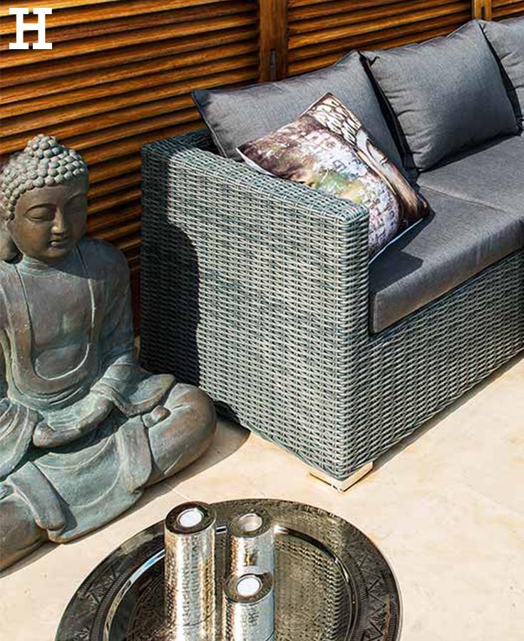 Hübsche Lounge-Möbel für den Garten. Der große Buddha und Kerzen ...