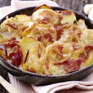 1. Détachez les têtes de chou-fleur et épluchez les pommes de terre.2. Faites cuire le chou-fleur et les pommes de terre ensemble à l'eau bouillante salée pendant 15 min.3. Dans un plat à gratin, déposez les têtes de chou-fleur, ajoutez les pommes de terre coupées en rondelles et les tranches de bacon coupées en morceau.4. Versez la crème liquide, placez en&nb...