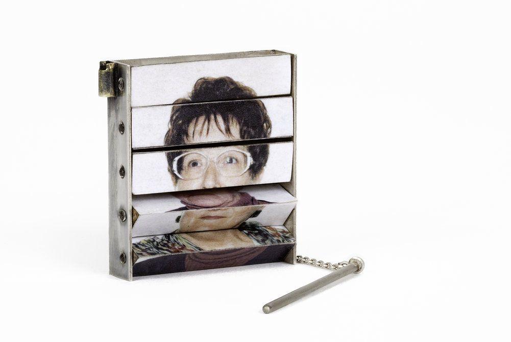 Pièces Uniques ©Morgane Fieschi - QUI EST-CE ?    Broche - argent oxydé, photos d'identité ratées, fibre optique, bois (2010)