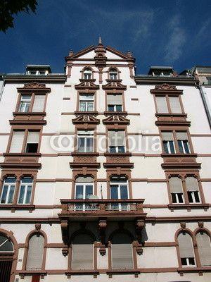 Renovierte Fassade eines Wohnhaus aus der Gründerzeit in