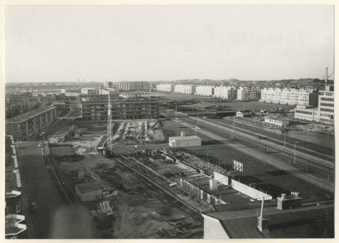 1958 begin van de bouw van twee flatgebouwen aan de segbroeklaan
