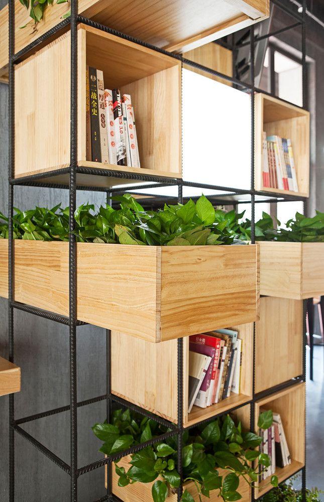 Galer a de home cafes penda 17 estanter as oficinas for Estanteria plantas interior
