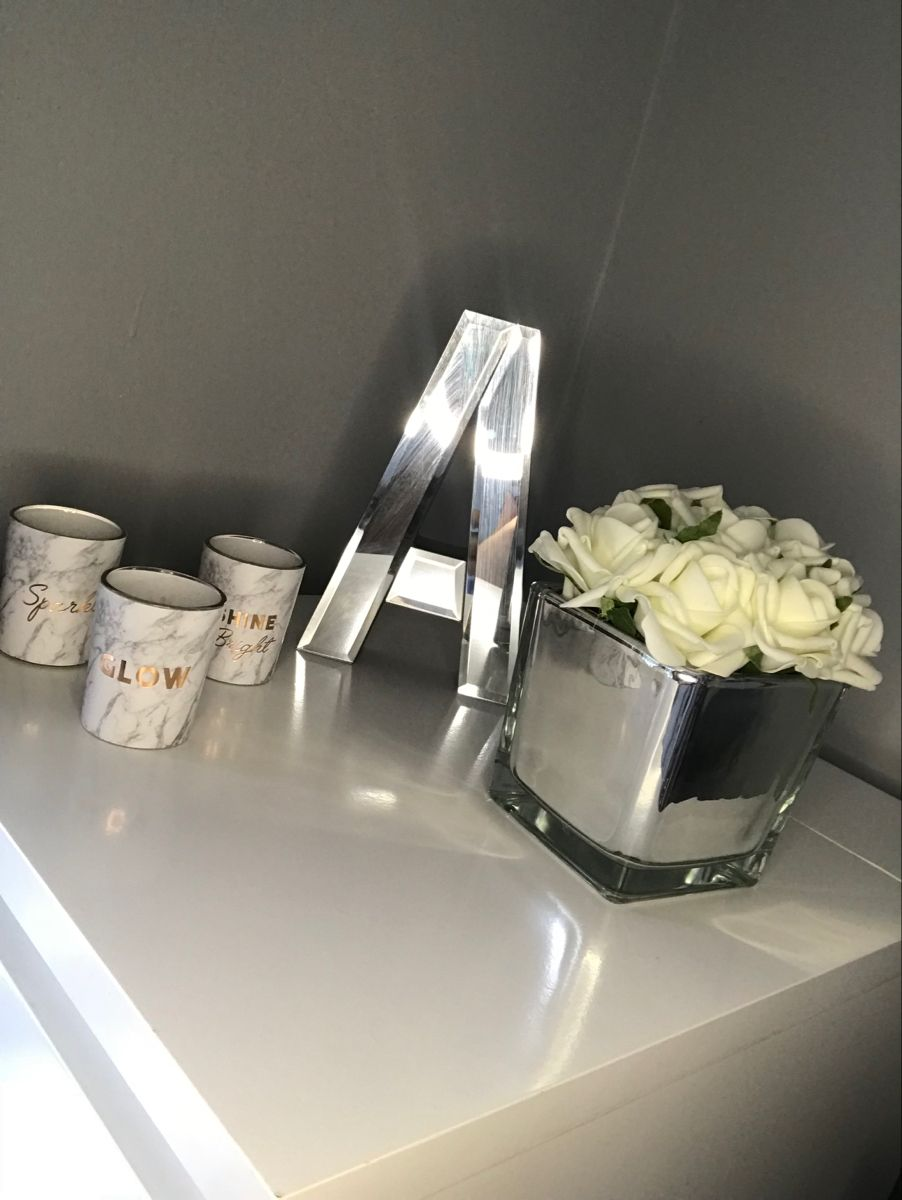 Decoration ideas for the top of makeup draws or even a desk display #therange #makeuproom #beautyblogger #candles #moderndecoration #decoration #teenroomdecor #instahome #greyandwhite #whiteflowers
