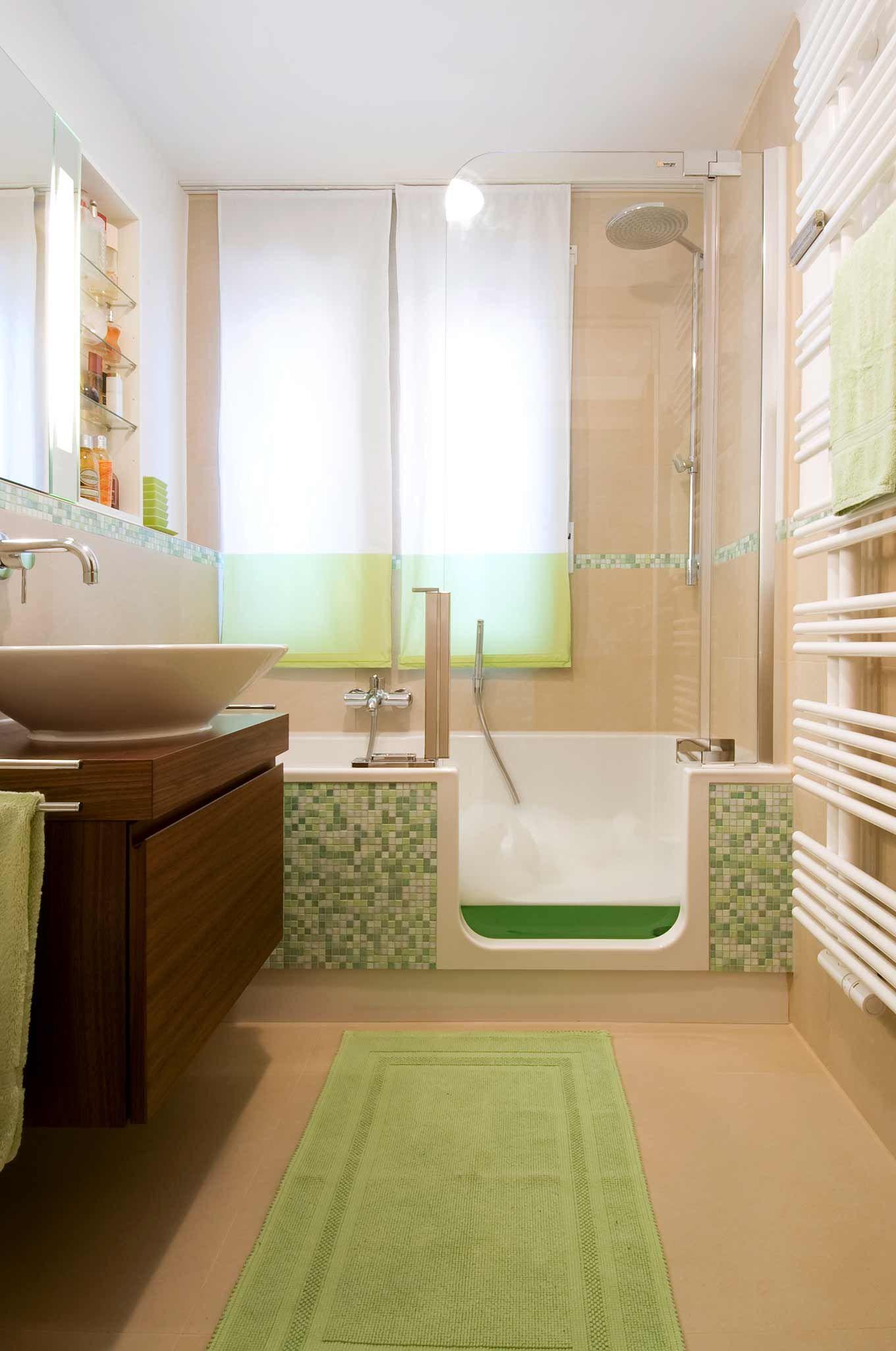 Blick ins Badezimmer, Badewanne mit hoher Glastür, die bis zur ...