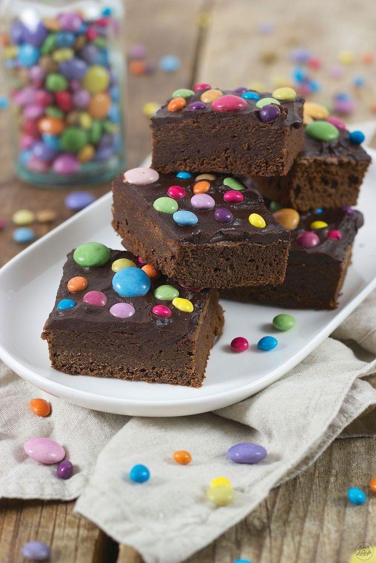 Brownies mit Smarties Brownies mit Smarties Rezept - Saftige Brownies mit Smarties für die Faschin
