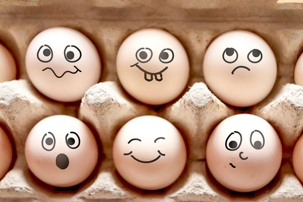 Schnelles Ostereier DIY: Lustige Eier bemalen statt färben - WOMZ #loisirscréatifs