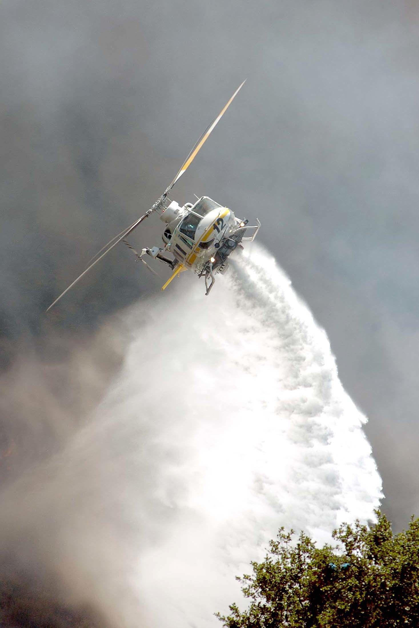 A Los Angeles County Fire Department Helicopter Makes A Drop On A Brush Fire In Santa Clarita Ca Fire Rescue Helicopter Wildland Firefighter