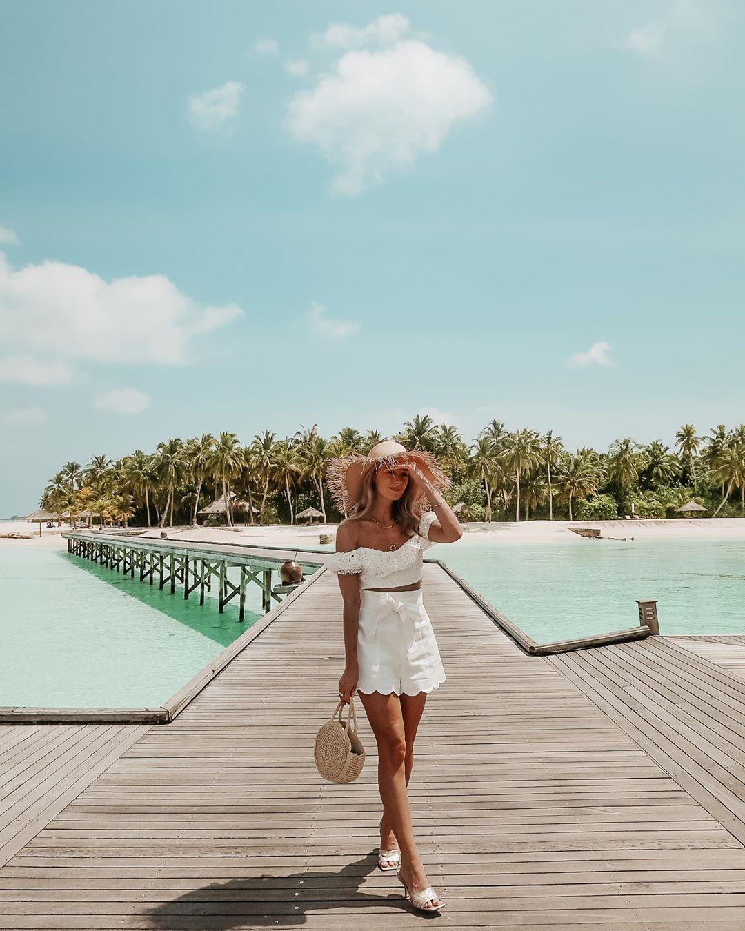 Josie Fashion Mumblr On Instagram Alexa Play Orinoco Flow By Enya Fashion Mumblr Beach Photography Poses Vacation Style
