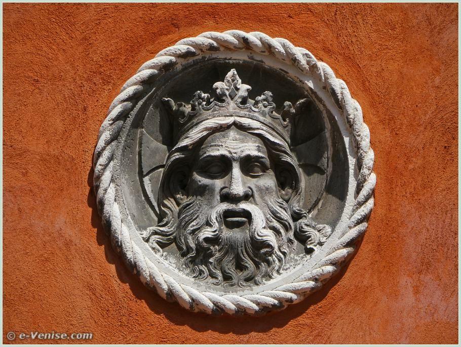 Un magnifique Christ couronné, une sculpture en pierre d'Istrie qui date de 1398, plus de six siècles ! Elle se trouve entre les numéros 2363 et 2364 du rio Terà de la Madalena, dans le Cannaregio à Venise.