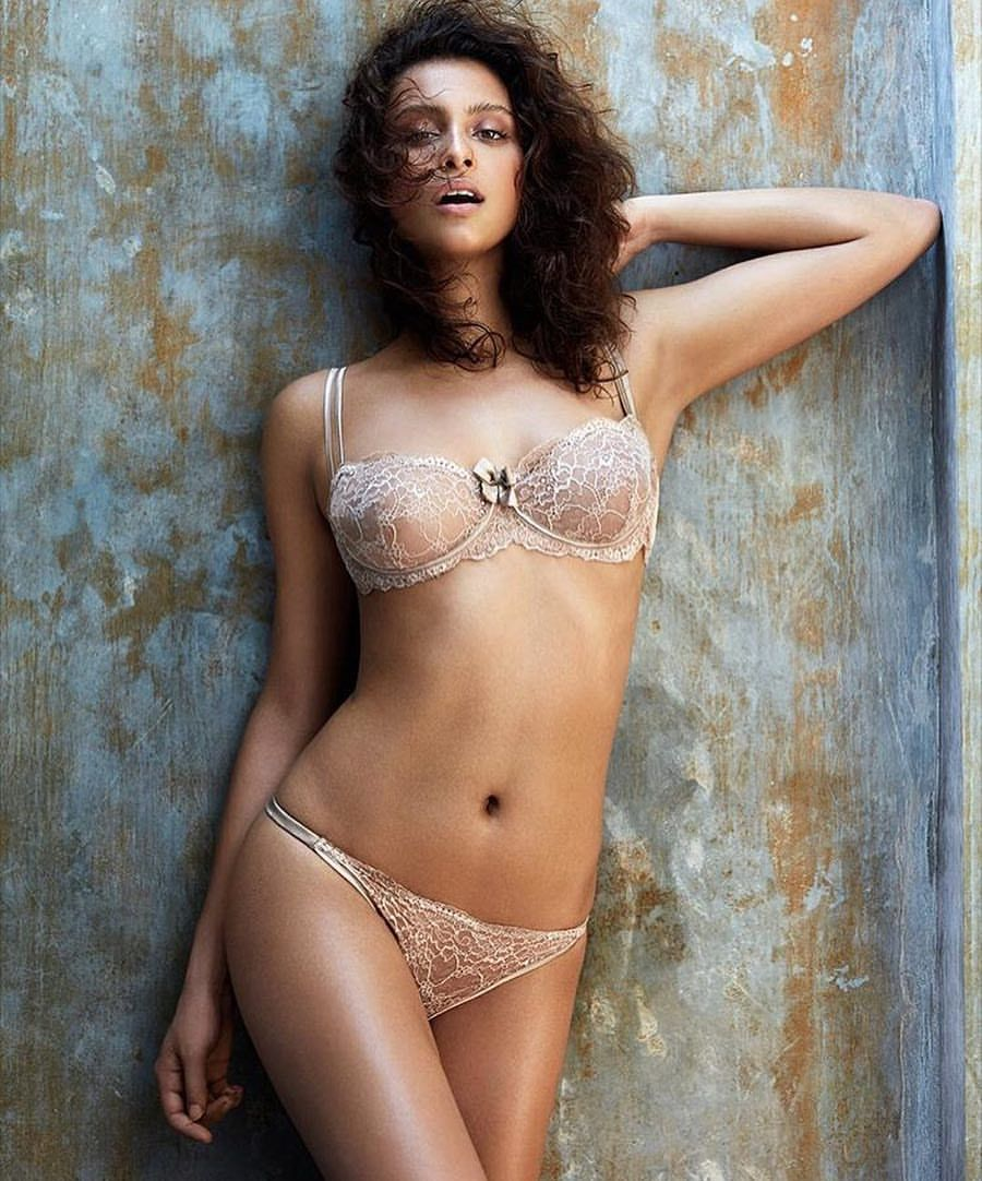 Bruna colpa topless