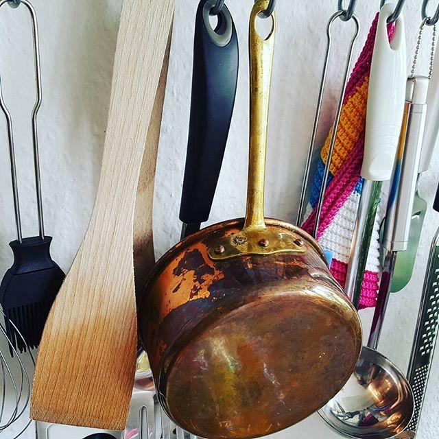 Endlich habe auch ich einen #Kupfertopf. 😃 Habe ihn bei einer Haushaltsauflösung ergattert. Angeblich sollen diese Töpfe ja eine super Wärmeleitung haben, wodurch man die Hitze früher runternehmen kann und damit #Energie spart. • • #Kupfer #topf #kochen #cooking #kitchen #kitchentools #instakitchen #instacooking  Yummery - best recipes. Follow Us! #kitchentools #kitchen